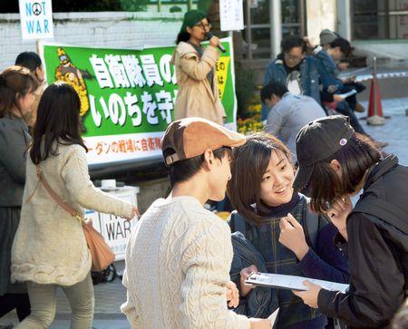 (写真)憲法のアンケートに取り組む「若者憲法集会実行委員会」の青年たち=3日、東京・新宿駅東口