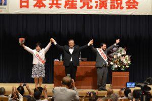 声援にこたえる(左から)あぜ上三和子都議、市田副委員長、吉田年男衆院東京15区候補=21日、東京都江東区