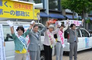 声援にこたえる(左から)山根、植木、松本、たばた、西村の各氏=8日、東京都あきる野市