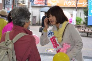 市民と対話する原純子候補