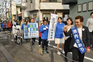 地域の支部・後援者らと日本共産党の躍進を訴えながら町内を歩く池内さおり候補