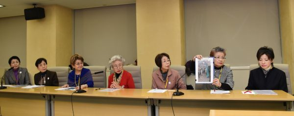 会見で、署名が過半数に達したことと、五輪組織委に要請を行ったことを発表するおかみさんたち