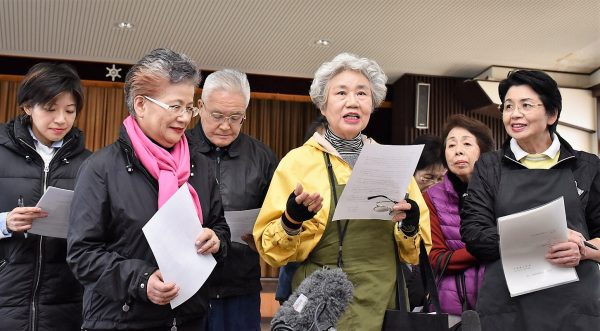 緊急署名開始の理由について会見する女将さん会の山口会長(左から4人目)と会員ら