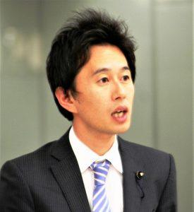 東京都議会で質問する白石都議=7日、東京都議会