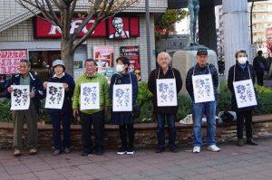 サイレントスタンディングを行う人たち=3日、東京・多摩市