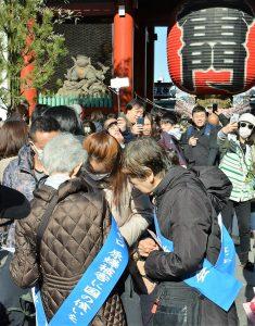新春6・9行動の「ヒバクシャ国際署名」に応じる人たち=6日、東京都台東区