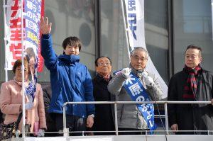 市民、野党とともに第一声をあげる木原のぶよし市長候補(右から2人目)=18日、東京都町田市
