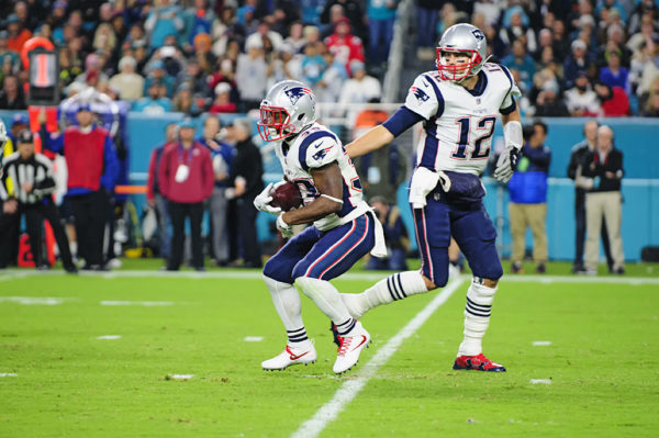 Tom Brady (12) hands off to Dion Lewis (33)