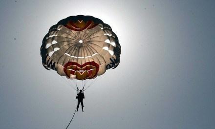 Pourquoi y a-t-il un trou au sommet des parachutes ronds ?