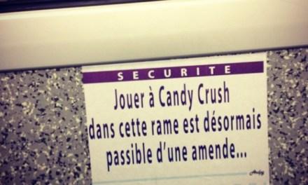 A Paris, un artiste colle des fausses affiches d'information dans le métro pour vous faire sourire