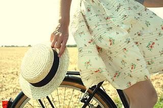 Mesdames, enfin la solution pour rouler à vélo en jupe !