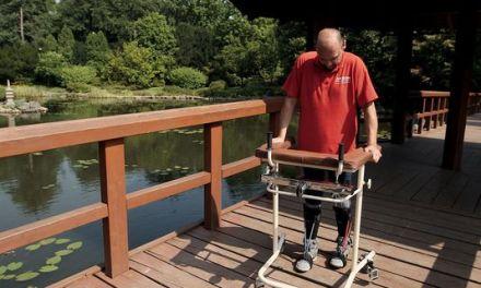 Un homme paralysé remarche après une opération sans précédent de la colonne vertébrale