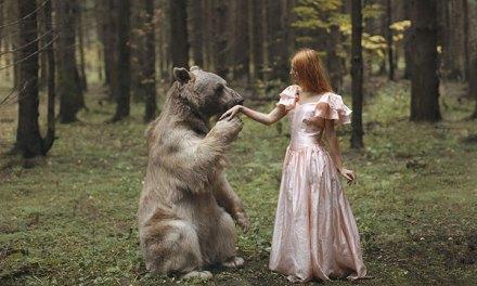 Une artiste immortalise la complicité entre des femmes et des animaux sauvages dans des scènes oniriques