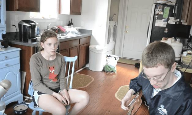 Leur maman leur demande de chanter pour la caméra, génial!
