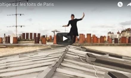 Cette Parisienne fait l'acrobate sur les toits de Paris. Elle pirouette à 30 mètres du sol. Elle marche sur la tête des monuments.