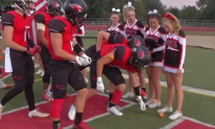 BEAU GESTE – Tous les joueurs d'une équipe de football américain ont déposé une fleur aux pieds de la jeune femme atteinte de leucémie, afin de témoigner leur soutien…