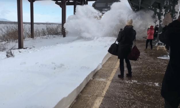VIDEO. L'impressionnante arrivée d'un train dans une gare remplie de neige aux États-Unis