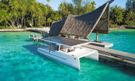 Un catamaran solaire pour une promenade sur le lagon de Bora Bora
