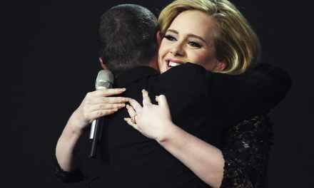 Adele rend hommage à George Michael. Poignant.