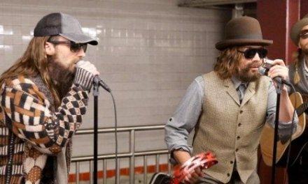 Jimmy Fallon et Maroon 5 se déguisent et jouent dans le métro à New York! Génial!