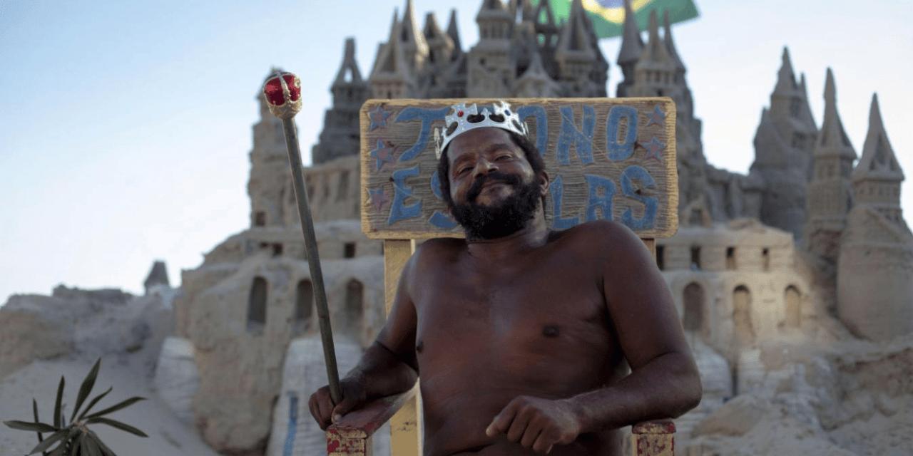 Depuis 22 ans, cet homme vit dans un château de sable sur une plage brésilienne