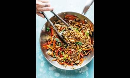 Plat asiatique de nouilles aux légumes Lo Mein.