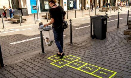 À Lille, des pochoirs au sol pour guider les passants vers les poubelles