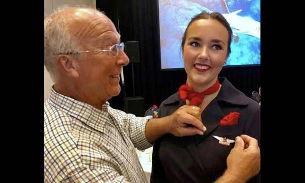 Un père offre le plus beau cadeau à sa fille, hôtesse de l'air, en passant deux jours dans un avion pour fêter Noël avec elle