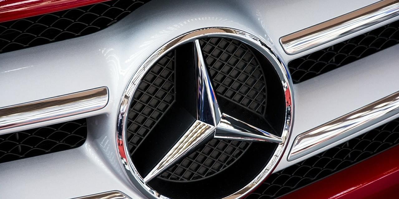 Que symbolise le logo Mercedes ?