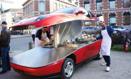 Un artiste lyonnais s'est amusé à aménager une Fiat Coupé pour en faire une baraque à frites