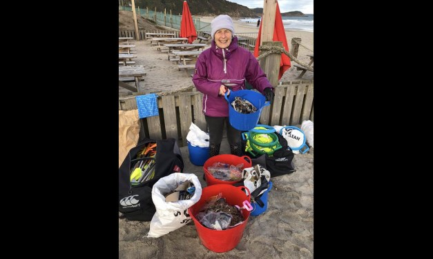 Cette grand-mère de 70 ans a nettoyé 52 plages en 2018 pour aider notre planète