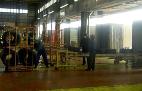 東洋ゴム工業仙台工場での出荷作業