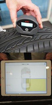 「タイヤデプスゲージ」で残溝を測定。得られたデータがタブレット端末に表示される