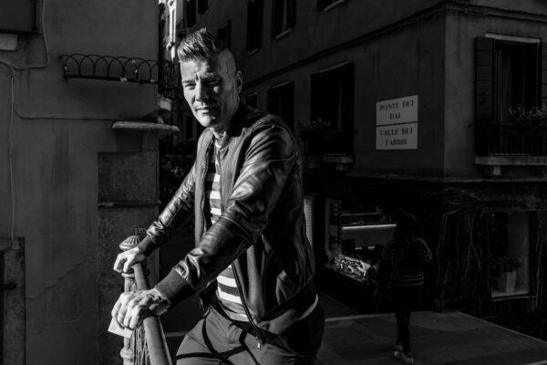 The series explores how locals and tourists alike, cope with mass tourism in Venice Italy, search and find moments of quietness to refuel.  Die Bildserie erkundet wie Einheimische und Touristen mit dem Massentourismus in Venedig umgehen und sich Momente der Ruhe schaffen, um für einen kurzen Moment Energie zu tanken.