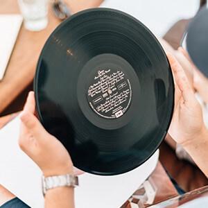 Ecouter une station de radio diffusant les hits du moment ou des décennies passées