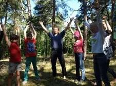 Norbert Krebber (Mitte) animierte die Jeetzeschüler, sich wie Bäume zu empfinden, nach oben zu wachsen und sich über die Füße fest mit der Erde verwurzelt zu fühlen. | Foto: Helga Räßler - Volksstimme