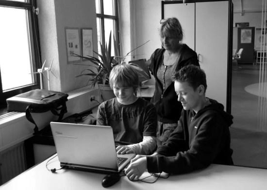Andrea Meier hilft zwei Schülern bei ihrem Filmprojekt.