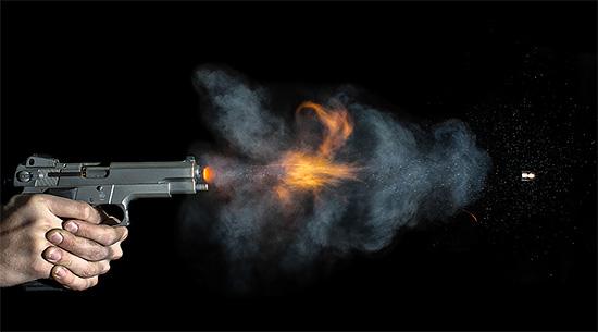 Pistola disparando