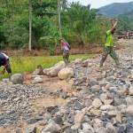 Semangat Anggota Satgas TMMD Kodim 0212/Tapsel Pecahkan Batu