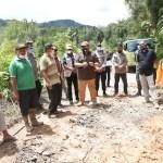 Bupati Tapsel Tinjau Jalan Longsor di Desa Padang Mandailing Garugur