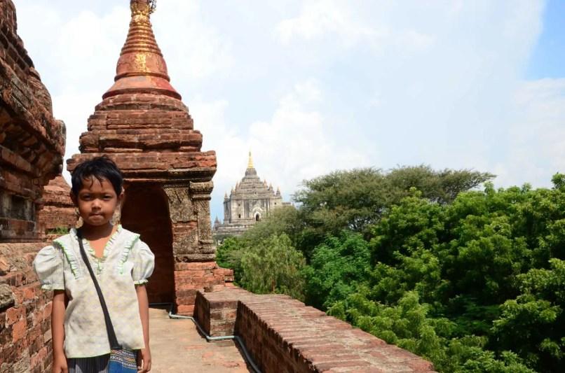 Petite fille gardienne du temple