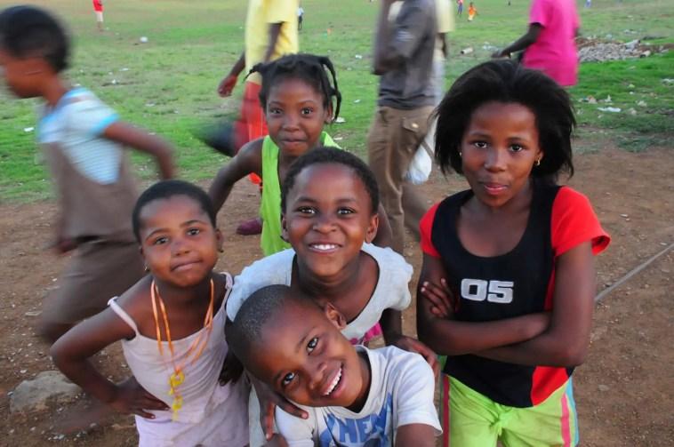 Enfants à Soweto après le match de foot