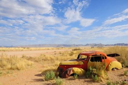 Carcasse de voiture à la station essence de Solitaire Namibie