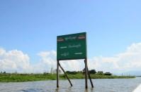 Panneaux sur le lac