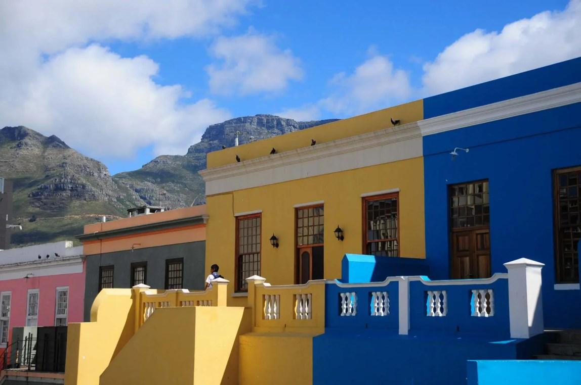 Façades colorée et Table Mountain à Bo-Kaap