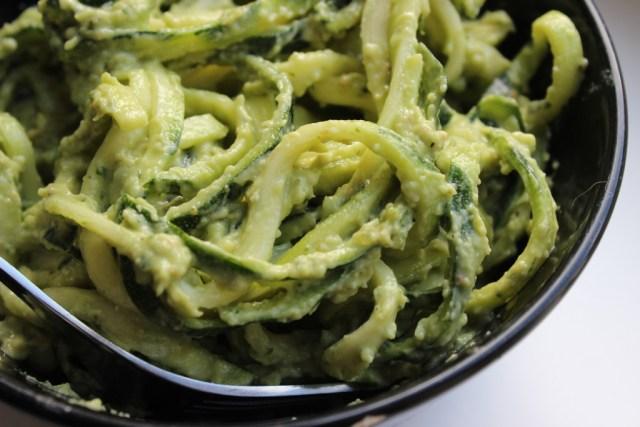 Romige courgette pasta met avocado en pesto