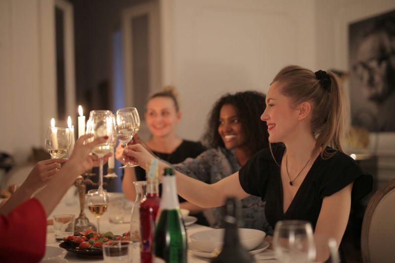 wijnproeverij online gezellig aan tafel