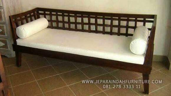Sofa jati minimalis dengan bantalan yang nyaman