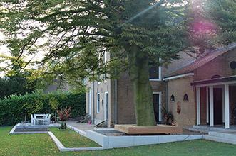 keerwanden van beton met moderne op maat gemaakte boombank