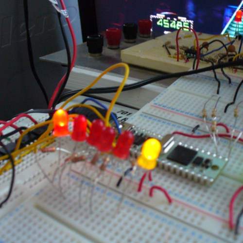 Red LEDs - 5 notes, Yellow LED - Strum